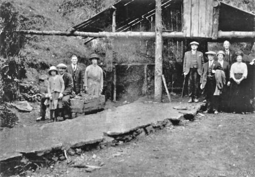 Jack Hewitt with mine visitors. 1922.
